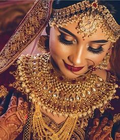 Bold indian bridal makeup and heavy jewellery. Gold matha pati paired with stunning gold and pearl bridal haar.