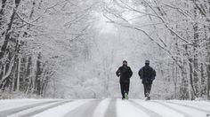 La nieve y el frío no impide que la gente salga a hacer ejercicio en Indianapolis, Indiana.