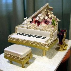 This muscial piano cake will tickle the taste buds, just like your loved one tickle your heartbeats when it plays piano. Music Birthday Cakes, Music Themed Cakes, Music Cakes, Fancy Birthday Cakes, Gorgeous Cakes, Pretty Cakes, Amazing Cakes, Unique Cakes, Creative Cakes