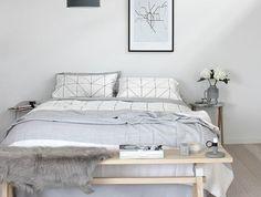 chambre-a-coucher-complete-lit-en-bois-clair-sol-en-parquet-couverture-de-lit-gris