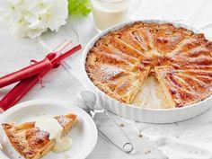 Kevään ensimmäisistä raparpereista valmistettu rapaperi-mantelipiirakka maistuu sekä vaniljakastikkeen että jäätelön kera.
