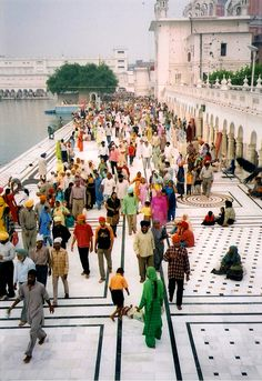 Amritsar, India, finally good picture with crowds of people Places Around The World, Oh The Places You'll Go, People Around The World, Around The Worlds, Namaste, Beautiful World, Beautiful Places, Amazing India, Golden Temple