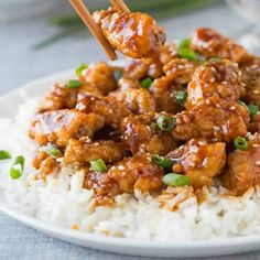 General Tso's Chicken 4 Smartpoints ngredients: 3/4 cup canned reduced-sodium chicken broth 2 tablespoons cornstarch 2 tablespoons sugar 2 tablespoons low sodium soy sauce 1 tablespoon white wine vinegar 1/2 teaspoon ground ginger 2 teaspoons peanut oil 2 medium scallions, chopped 2 medium garlic cloves, minced 1/2 teaspoon red pepper flakes or 1 dried chili, minced 1 lb uncooked boneless skinless chicken breast, cut into 2-inch pieces 2 cups cooked white rice, kept hot