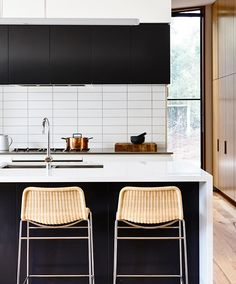 Inform Studio have designed a blonde brick bombshell with this Sorrento house based on the Mornington Peninsula in Victoria. Kitchen Decor, Modern Kitchen Backsplash, Home Kitchens, Subway Tile Design, Modern Kitchen, Green Kitchen, Kitchen Remodel, Kitchen Layout, Stools For Kitchen Island