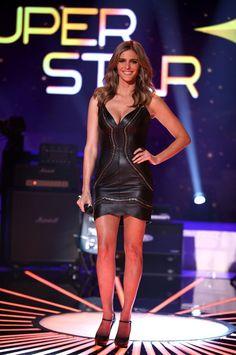 Fernanda Lima aposta num look preto justíssimo, com decote no estilo 'mulher gato' no Top 9 ♥