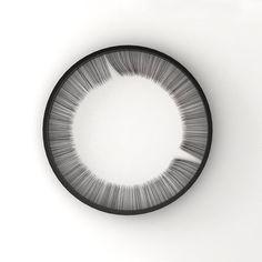 Bina Baitel, Lash Clock, horloge murale, 2014. L'heure se lit au moyen des fentes écartant les «cils» qui définissent, en négatif, les aiguilles de l'heure et de la minute.
