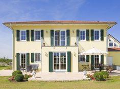 <p>Große Sprossenfenster werden für mediterrane Häuser häufig mit Fensterläden zum Klappen kombiniert. Hier finden Sie weitere Häuser von Platz Haus.</p>