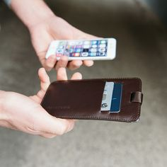 iPhone sleeve chocolate with pull-out mechanism, slots for credit cards and ID. Made from high quality leather. Iphone 7, Iphone Cases, Swiss Design, 6 Case, Men's Accessories, Chocolate, Leather, Accessories, Chocolates