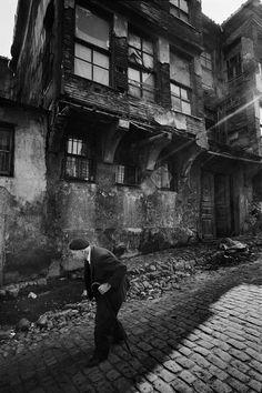 yaşlı bir adam ve yaşlı ahşap evler - an old man and old wooden houses F: Zeyrek Istanbul, 1974, Ara Güler #istanlook