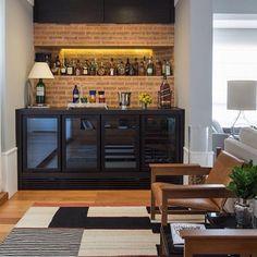 Tijolinho + marcenaria preta = uma combinação que a gente morre de amores... ❤️ {Projeto: Wenk Gama Arquitetura} Canto Bar, Cozy Bar, Bar Tray, Love Your Home, Under Stairs, Bars For Home, Liquor Cabinet, House Design, Living Room