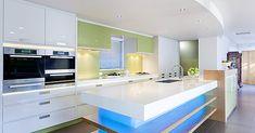 Modré neonové osvětlení v moderní kuchyni