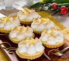 Små söta och syrliga citronpajer med ett täcke av maräng. Lika fina att titta på som goda att äta! Cake Recipes, Dessert Recipes, Candy Cookies, Swedish Recipes, Food Cakes, Mini Cupcakes, Cheesecake, Food Porn, Food And Drink