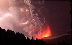 The recent eruption of the Chilean volcano of Puyeue has left a large number of images to remember. In addition to the expulsion of lava and ash, the volcano produced a spectacular electrical activity. This is one of the best images of the erupting volcano, pictures that combine beauty and terror by equal parts.