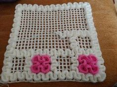 This Pin was discovered by Fun Wiggly Crochet, Crochet Mat, Crochet Afgans, Crochet Cushions, Crochet Blocks, Crochet Doilies, Tatting Patterns, Crochet Patterns, Serpentina