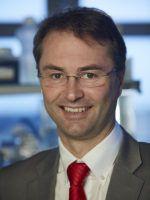 Prof. Dr. Klaus Überla, Direktor des Virologischen Instituts der FAU, ist ausgewiesener HIV-Experte und erklärt, warum die Erforschung sogenannter Retroviren - die u.a. für AIDS und Leukämie verantwortlich sind - so wichtig für die Entwicklung potentieller Heilungs- und Therapiemethoden sind. (Bild: C. Deppe)