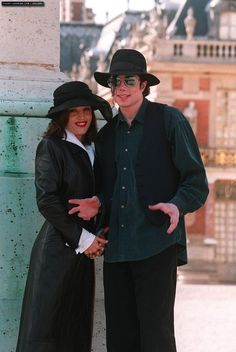 en.michaeljackson.ro photo michael-and-lisa-marie-presley-visit-the-chateau-de-versailles-in-france(78)-m-9.jpg