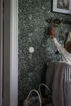 Emilys gröna Nocturne! Minimalist House Design, Minimalist Home, Dream Bedroom, Kids Bedroom, Scandinavian Nursery, Victorian Cottage, Nocturne, Cool Walls, Room Colors
