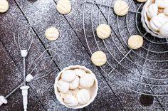Ultrazarte Weihnachts-Plätzchen: Schneeflöckchen zergehen sofort auf der Zunge und sind nicht nur zu Weihnachten ein Hit. Hier geht's zum (veganen) Rezept.