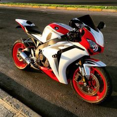 Rate 1-10 | via: @lui_x_arg #sportbikeaddicts #Honda #cbr