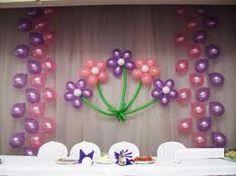 Si tu eres un poco infantil o te gustan las flores en la mesa principal tienes que usar esta decoracion