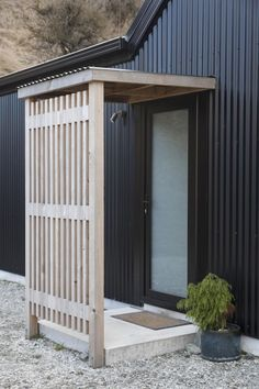 Barn Style House | Black Corrugated Iron, Wooden Entranceway, Front Entrance Ideas Read The Full Story Here: http://buildme.co.nz/nz-homes/little-black-barn-home-queenstown/ |