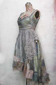 a Cerulean dress, custom made for Kami Garcia.. more pictures in the gibbous diary: http://gibbousfashions.com/news.php/  Rätt så utsökt, faktiskt.