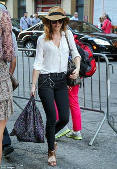 Leighton Meester displays slender frame in high-waisted jeans White Top And Jeans, White Tops, Street Chic, Street Style, Leighton Marissa Meester, Blake Lively Style, White Linen Shirt, Celebrity Look, Blouse Styles