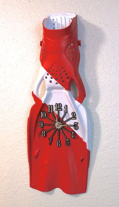 Scuba Diving Dive Flag Fin Clock by JoelJordanPhoto on Etsy ~ (You could make one of these fairly easily if you can find an old fin. Make it even more memorable and use one the kids have outgrown. Clockworks can be purchased at Hobby Lobby.)