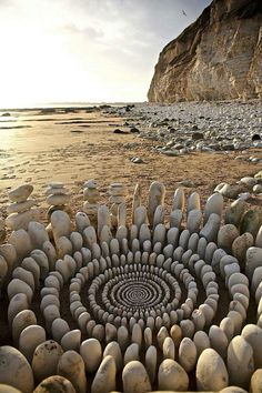 Specializing in land art, James Brunt uses natural materials to create eye-catching ephemeral art, from stone spirals to mandalas made of sticks and leaves. Land Art, Art Plage, Art Environnemental, Art Rupestre, Art Et Nature, Nature Artwork, Beach Artwork, Art Pierre, Ephemeral Art