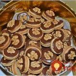 Orechové kolieska pre návštevy: Mäkučké vanilkové koláčiky s lekvárom a čokoládou, míňajú sa rýchlosťou svetla! Gingerbread Cookies, Christmas Cookies, Sweet Recipes, Rum, Biscuits, Diy And Crafts, Picnic, Recipies, Food And Drink