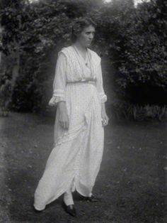 artist portrait ₪ Vanessa Bell by Ray Strachey. Likely taken at Wittering where Mary Hutchinson had a holiday home, Eleanor House. Her love for Duncan Grant was growing and her affair with Roger Fry was coming to an end. Vanessa Bell, Virginia Woolf, Duncan Grant, Clive Bell, Bell Art, Bloomsbury Group, Charleston Homes, Group Art, Vintage Photography