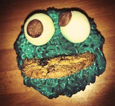 Cupcake de chocolate cubierto con buttercream de vainilla, para un efecto del monstruo de las galletas