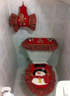 32 Fun Christmas Bathroom Décor Ideas You Need To Try - Alles über Christmas Bathroom Decor, Bathroom Crafts, Fun Christmas, Christmas Decorations, Leftover Fabric, Sewing Projects For Beginners, Xmas Crafts, Seat Covers, Fabric Scraps