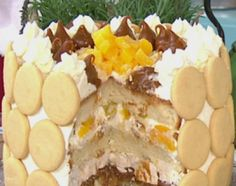 Torta húmeda de duraznos, crema, merengue y dulce de leche