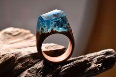 Hinter dem geheimen Holz von Secret Wood aus Kanada steckt Ring-Schmuck wie aus einem Fantasy-Film. Kleine eingeschlossene Momentaufnahmen die an Wälder oder Gebirge erinnern. Jeder Ring ist ein Unikat und in Handarbeit entstanden. Mit winzigen Blüten und gesplittertem Echt-Holz entstehen hier in gegossenem Juwelier-Harz aufregende Wald-Landschaften. Dafür, dass die Ringe so außergewöhnlich sind, kosten sie […]