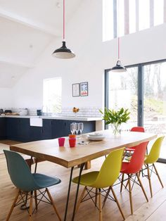 Salle à manger design et tonique avec ses chaises colorées Deco Design, Küchen Design, Home Design, Interior Design, Design Ideas, Interior Paint, Eames Dining Chair, Table And Chairs, Dining Table