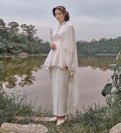 Muslimah Wedding Dress, Disney Wedding Dresses, Pakistani Wedding Dresses, Modest Wedding Dresses, Dress Muslimah, Hijab Bride, Wedding Hijab, Kebaya Modern Dress, Malay Wedding Dress