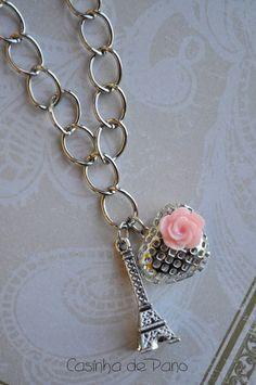 Pulseira na cor prateada, com pingentes importados.  Medidas pulseira aberta 20 cm Medidas torre Eiffel 3 cm.