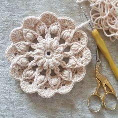 Crochet Mandala Pattern, Crochet Motifs, Crochet Flower Patterns, Crochet Squares, Crochet Doilies, Crochet Flowers, Knitting Patterns, Crochet Bouquet, Irish Crochet
