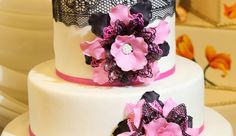 Tort nunta flori si dantela N309: tort de nunta din martipan alb decorat cu flori, panglici si dantela comestibila.