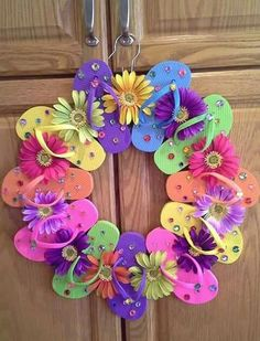 Flip Flop Wreaths for Summer - Cute Crafts, Crafts To Make, Arts And Crafts, Diy Crafts, Summer Deco, Wreath Crafts, Diy Wreath, Wreath Ideas, Holiday Wreaths