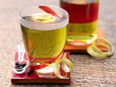 Herb-aromatischer Trinkgenuss mit einem Hauch Zitronenfrische: Brennnessel-Birkenblätter-Tee mit Wacholder | http://eatsmarter.de/rezepte/brennnessel-birkenblaetter-tee/
