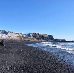La meraviglia negli occhi a #Vik #rainbowRTW passeggiando sulla Black Sand Beach in #Islanda. Quanta bellezza #leviedelnord  www.leviedelnord.com #visiticeland
