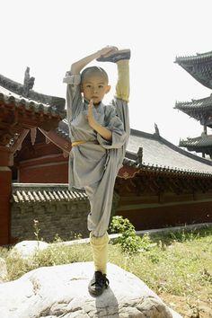 """8. """"  Os treinamentos no templo eram bem severos, com várias horas de meditação e treinamentos de luta, o que tornava, os monges,  com total domínio da mente e do corpo. Tudo começava com crianças entre sete e doze anos esperando por dias na frente do portão do templo. As que ficavam, então, depois de entrar, passavam por vários testes de comportamento, paciência e humildade.""""  (Fonte: Wikipédia) - Da pasta: Tradições, Mitologias, Ícones, Holismo. The Way Of Martial Arts – Timeline"""