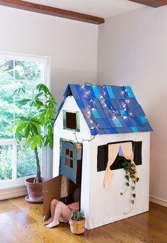 DIY Cardboard Playhouse from a Box - Say Yes Cardboard Houses For Kids, Diy Cardboard Furniture, Cardboard Box Crafts, Cardboard Design, Cardboard Playhouse, Diy Playhouse, Cardboard Tubes, Barbie Furniture, Plywood Furniture