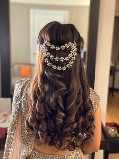 Best Bridal Hairstyles 2019 We Spotted On Real Brides! Make Your Look More Charming With These Bridal Hairstyles 2019 That We Spotted On Real Brides. For more such inspirations, stay tuned. Soft Curl Hairstyles, Hairstyles For Gowns, Mehndi Hairstyles, Open Hairstyles, Night Hairstyles, Indian Wedding Hairstyles, Bride Hairstyles, Engagement Hairstyles, Bridesmaid Hairstyles