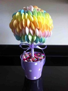 Candy trees such a cut little gift for loved ones Bouquet Box, Candy Bouquet, Chocolate Wedding Favors, Chocolate Bouquet, Sweet Hampers, Making Sweets, Candy Trees, Bar A Bonbon, Sweet Trees
