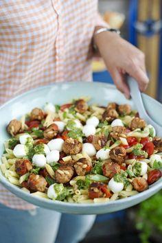 Pastasalade met gehaktballetjes en mozzarella is part of food_drink - food_drink Penne, Pasta Recipes, Cooking Recipes, Recipes Dinner, Healthy Diners, Healthy Cooking, Healthy Recipes, Good Food, Yummy Food