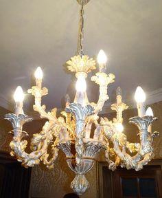 Grand lustre à 12 bras de lumière en bois cérusé et doré, 75