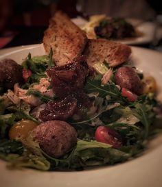 Maalaissalaattia: paahdettua kananpoikaa, paahdettua perunaa, kirsikkatomaattia, viikunahilloketta.